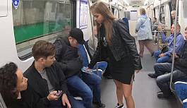 Rus kadından  bacaklarını açarak oturan erkeklere protesto
