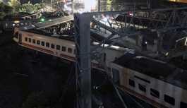 Tayvan'da yolcu treni raydan çıktı:...