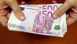 Eski bir dolapta bulduğu 95 bin euro'yu iade etti