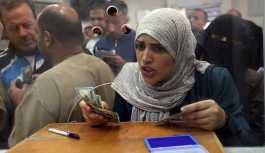 Gazze'de memurlar Katar'dan gelen yardım sayesinde aylar sonra ilk kez maaş aldı