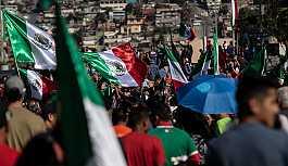 Meksika-ABD sınırında halk göçmenleri protesto etti