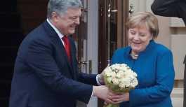 Poroşenko, Merkel'i 'Putin'in' buketiyle karşıladı