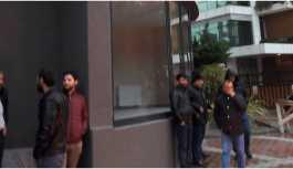 Ücretlerini alamayan 30 işçi oturma eylemi başlattı