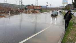 Yeni asfaltlanan yollar ilk yağmurda suyla doldu