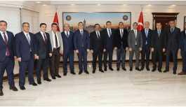 AKP adayı kayyum belediyeyi seçim ofisine çevirdi