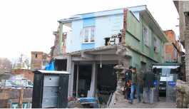 Sur'da bir ev daha yıkım kararıyla boşaltıldı