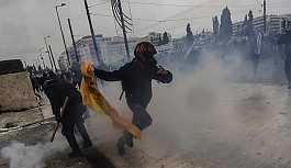 Atina'da Sputnik için çalışan muhabire saldırı: Fotoğraf makinesi elinden alındı
