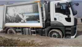 Kayyumun övündüğü yola çöp kamyonu saplandı!