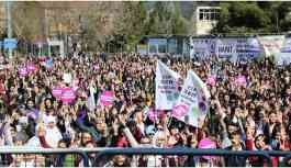 Kadınlar renkleriyle İstasyon Meydanı'na aktı