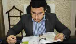 Beytüşşebap Kaymakamı KHK'yle kapatılan kurumun kitabından Kürtçe öğreniyor!