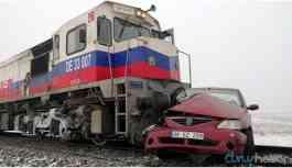 Yük treni otomobil ile çarpıştı: 3 ölü