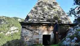 Yıllarca adaklar adanan türbe, Yunan mezarı çıktı