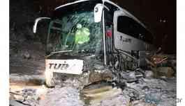Yolcu otobüsü iş makinesine çarptı: Yaralılar var