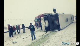 Taraftarları taşıyan otobüs devrildi