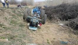 Devrilen traktörün altında kalan baba ve kızı hayatını kaybetti