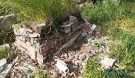 Askerler bir kentte daha mezar taşlarını paramparça etti