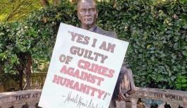 Atatürk heykeline 'Evet, insanlığa karşı işlenen suçlardan suçluyum' yazısını koydular