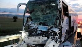 Yolcu otobüsüyle kamyon çarpıştı: 2 ölü, çok sayıda yaralı
