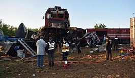 Yük trenleri kafa kafaya çarpıştı: 2 kişi yaşamını yitirdi, 3 kişi yaralandı