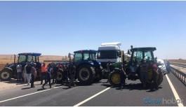 Elektrikleri kesilen çiftçiler uluslararası yolu trafiğe kapattı