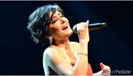 Polis şarkıcı Melek Mosso'yu sahneden indirdi