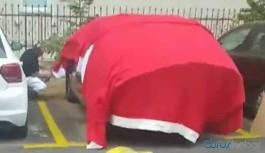 Arabasını doludan korumak için bayrak seren kişi gözaltına alındı
