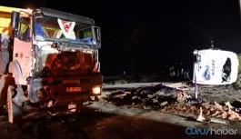 İşçi servisi kamyonla çarpıştı: 1 ölü, 14 yaralı