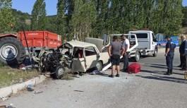 Çorum'da otomobil ile traktör çarpıştı:...