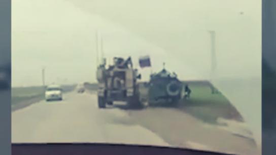Suriye'de tehlikeli gerginlik! ABD zırhlı aracı, Rus zırhlı aracın önünü kesti!