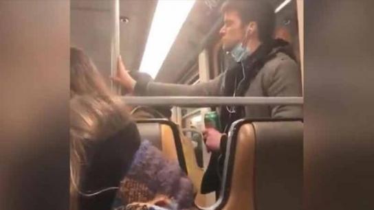 Metroda tepki çeken görüntü! Elini yalayıp demire sürünce yakalandı