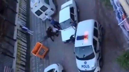 Polisler iyice çığrından çıktı! Zeytinburnu'nda yakaladıkları çocukların başını yere vurup, ters kelepçe taktılar